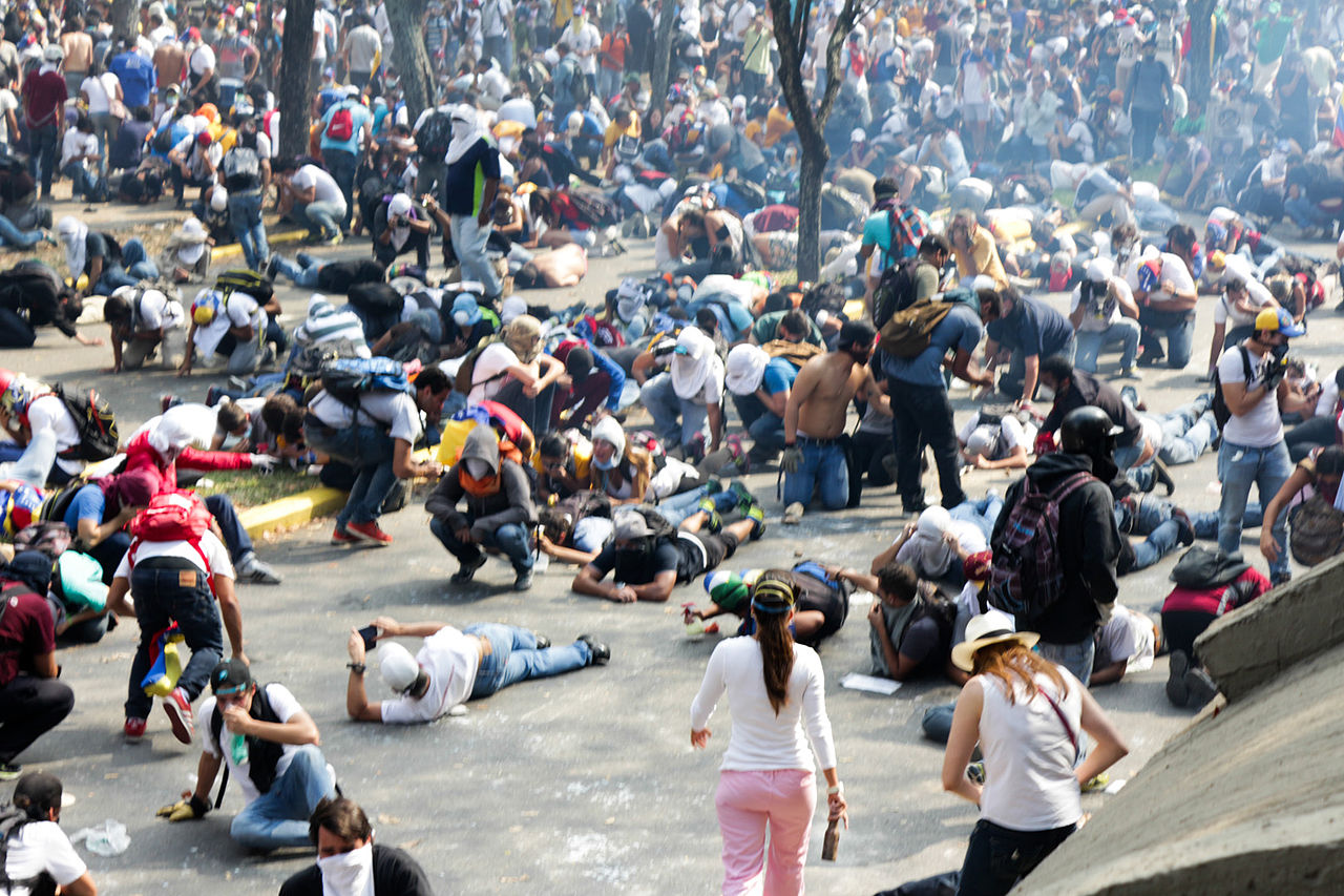 2014_venezuelan_protests_tear_gas_response
