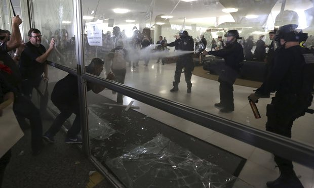 Politieagenten proberen parlement te bestormen in verdediging van hun pensioenen.
