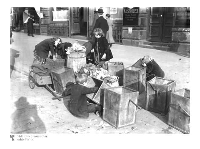 Nachkriegs- und Inflationszeit. Kinder suchen in M∏llkâsten nach Essbarem Hunger in Hamburg
